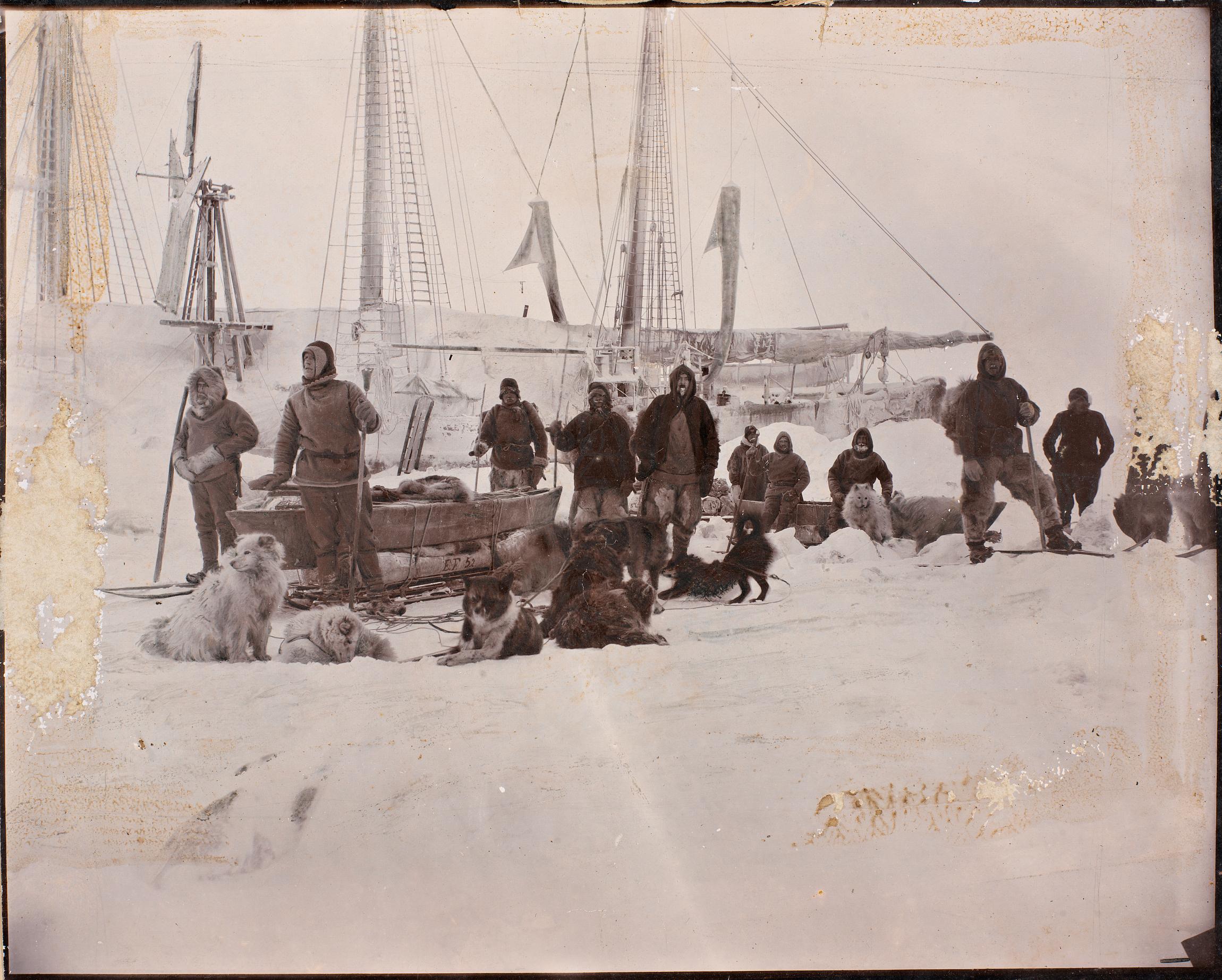 Nansens Schoner Fram im arktischen Eis festgefroren (Foto: National Library of Norway)